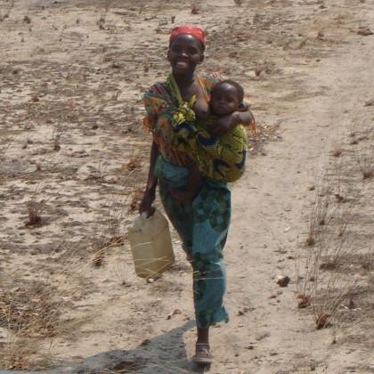 Afrika Frau Wasser holen